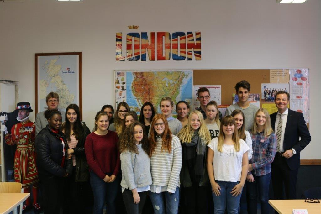 Tobias Wald mit Schülern des sozialwissenschaftlichen Gymnasiums